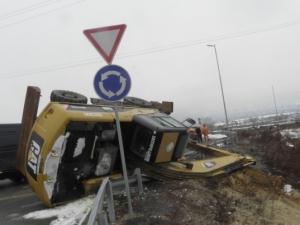 """Багер падна от платформа, блокира движението на """"Струма"""""""