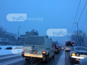 Пловдив се сковава! Зверски тапи в целия град! Ледът по основни булеварди вече е 2 сантиметра СНИМКИ