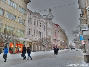 Сняг се сипе на парцали на Главната в Пловдив СНИМКИ