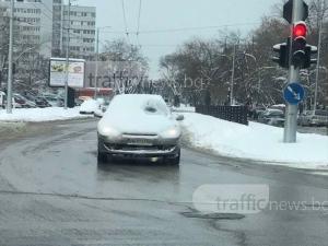 Снежен циклоп тръгна по улиците на Пловдив СНИМКА