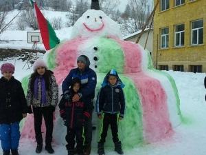 Снежен човек патриот се появи в двора на училище