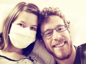 Жена е алергична към собствения си мъж, може да умре, ако го целуне