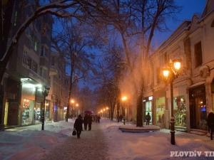 Нощна разходка в снега по Главната СНИМКИ
