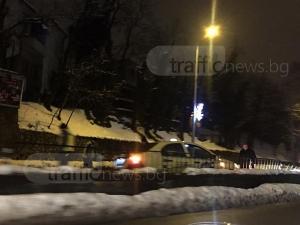 Форд изстреля такси върху мантинелата край Тунела, полицията го издирва СНИМКИ