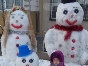 Пловдивчани ощастливиха двуметровия снежен човек със семейство СНИМКИ