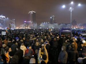 Десетки хиляди на протест в Румъния ВИДЕО