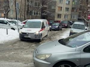 Ледени окови в Пловдив! Джипове и коли закъсват в уличките, образувахa се тапи ВИДЕО и СНИМКИ