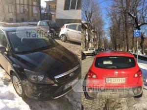 Шофьори недовиждат табела, спират на места за инвалиди в Пловдив СНИМКИ
