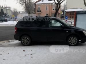 Черен автомобил, леденобял тротоар – очаквано нередна комбинация СНИМКА