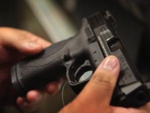 Мъж се застреля, майка му го откри и го последва