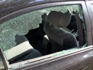 Мъж разби стъклото на колата на съгражданин