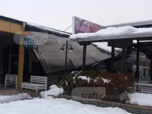 Снегът събори навес на заведение в Кючука СНИМКИ