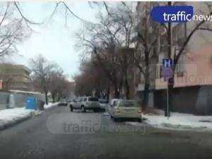 """Знаците не важат за всички пловдивчани! Десетки коли окупираха ул. """"Любен Каравелов"""" ВИДЕО"""