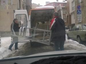 Превърнаха линейка в камион, натовариха я с… фитнес уреди СНИМКИ
