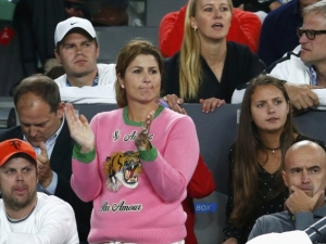 Госпожа Федерер шашна всички - появи се... странно облечена
