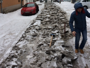 Първобитно! В 21-ви век разбиват леда в Кършияка с кирки СНИМКИ+ВИДЕО
