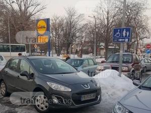 Безумно паркиране в Кършияка! Пловдивчанин се взе за майка и инвалид в едно СНИМКА