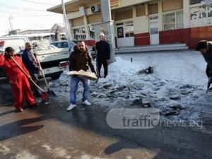 Ромите в Столипиново сами къртят леда по улиците си… с бормашина ВИДЕО
