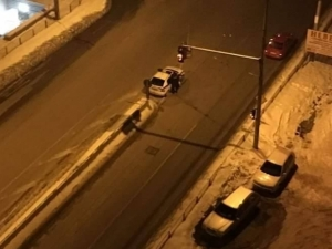 Патрулка спря в средата на кръстовище, за да дебне нарушители СНИМКИ