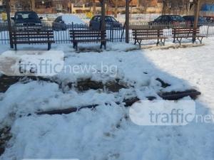 Подигравка! Взеха пясъка от детска площадка в Пловдив, за да го поръсят по леда СНИМКИ