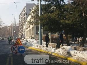 Кирки, лопати и снегорини се развъртяха около Областната. А останалият Пловдив? СНИМКИ