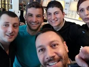 Гришо и Никол похапнаха пица в центъра на София СНИМКИ