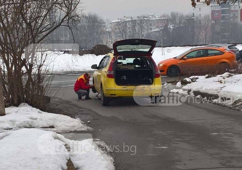 Дупка в Кършияка потроши такси, шофьорът остана без гума и амортисьор СНИМКИ