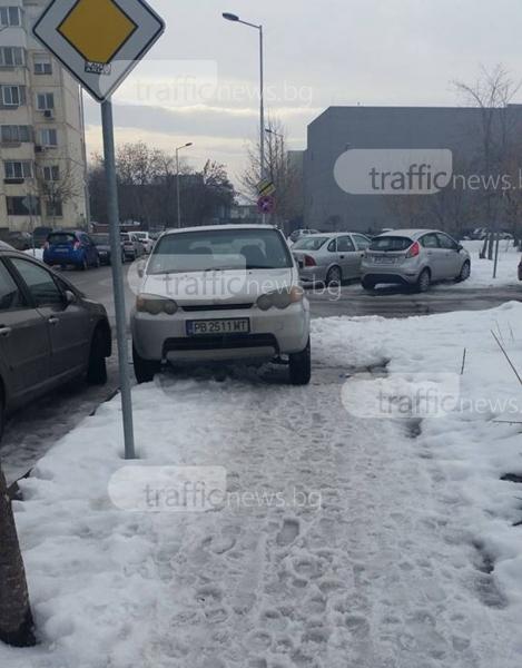 Пловдивски джип кацна на тротоара до мола СНИМКА