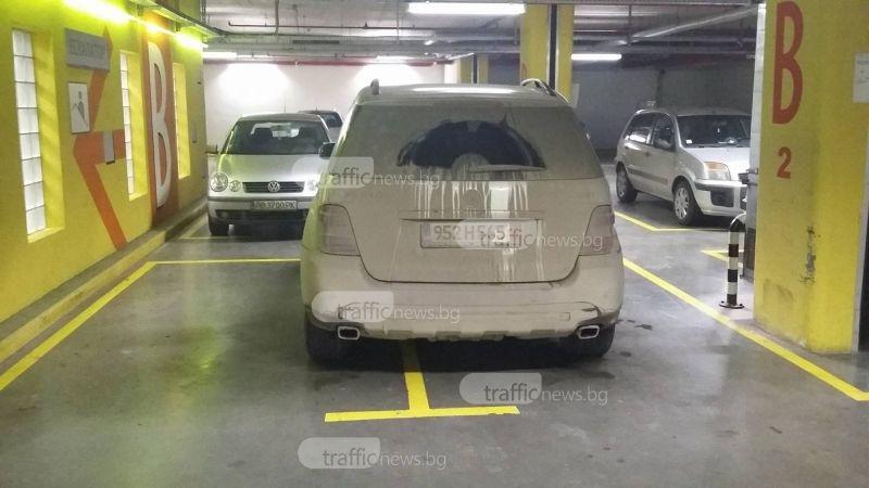 Шофьор на мерцедес паркира като за двама в пловдивски мол СНИМКА