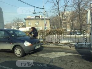 Циганки изскачат на оживен пловдивски булевард, цапат и мажат колите СНИМКИ