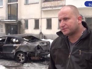 Карловец запали колата си, докато буксува в заледена улица ВИДЕО