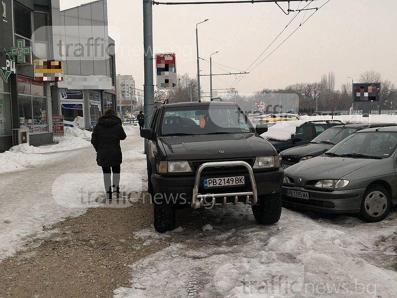 Пешеходци в Пловдив правят пируети по леда заради този шофьор на джип СНИМКИ