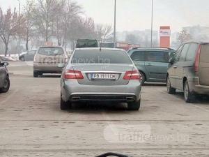 Шофьор на мерцедес с подвиг в Пловдив: Паркира на цели 4 места! СНИМКА