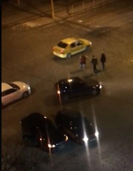 Екшън на пътя! Шофьори се бият на оживено кръстовище ВИДЕО