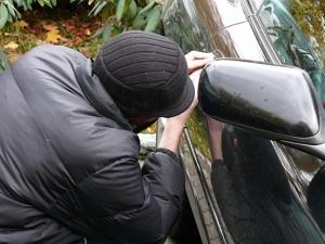 Апаши разбиха два автомобила в Пловдив