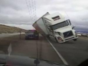 Бурен вятър преобърна тир на магистрала