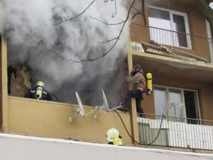Три деца се спасиха от горящ апартамент