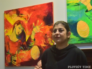 Пловдивска художничка преплита космически стихии и женски загадки в картините си