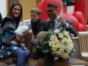 Д-р Енчев взе дъщеря си от родилния дом с огромен букет за мама и... охрана СНИМКИ