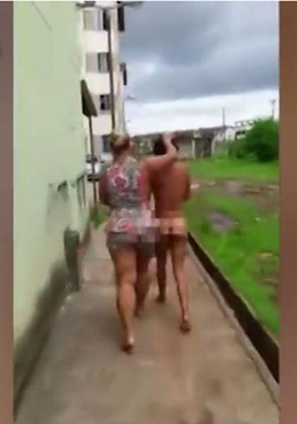 Ядосана съпруга влачи за косата голата любовница на мъжа си ВИДЕО