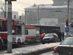 Пловдивчанка падна между седалките в автобус и си счупи рамото, друга се заби в предното стъкло