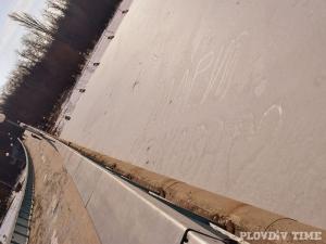 Пловдивчанин изписа името на любимата си върху топящия се лед на Гребната СНИМКИ