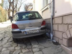 Наглец завзема ежедневно тротоари в Стария град, започна да троши и къщите СНИМКИ