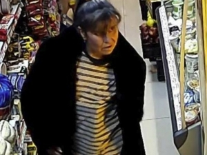 """Нагла крадла опоска магазин, пъха """"покупките"""" под палтото ВИДЕО"""