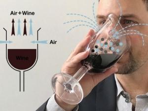 Зевзек измисли чаша за вино с форма на противогаз - за запазване на аромата