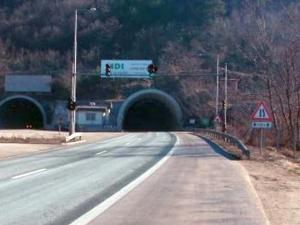 Нов инцидент при тунел! Падна светофар на автомагистрала