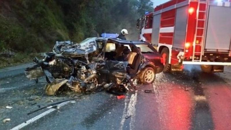 Кола се заби челно в камион, един е загинал