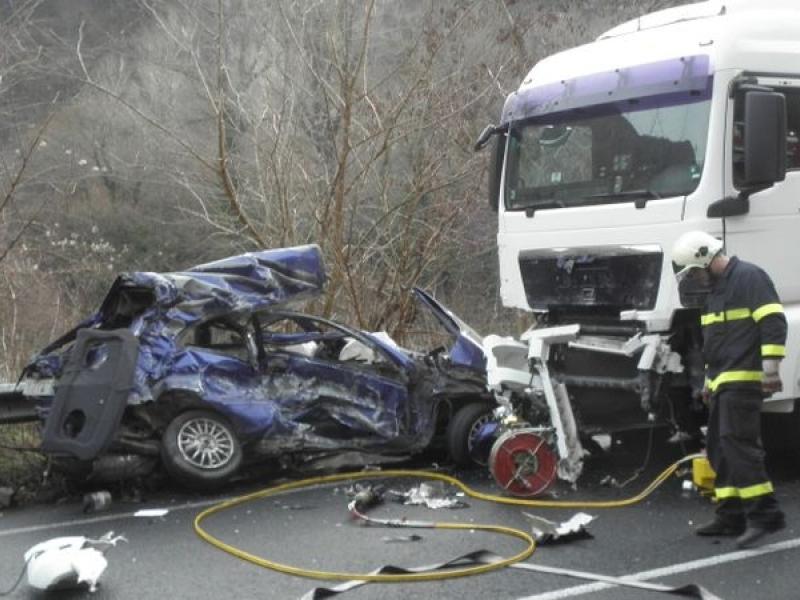 Челен сблъсък между кола и камион в Пловдивско, петима са ранени