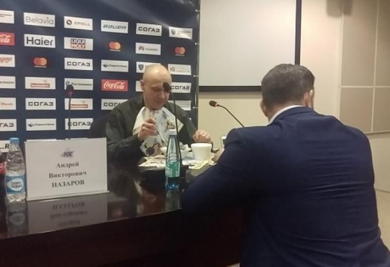 Главен редактор изяде вестника си на пресконференция ВИДЕО
