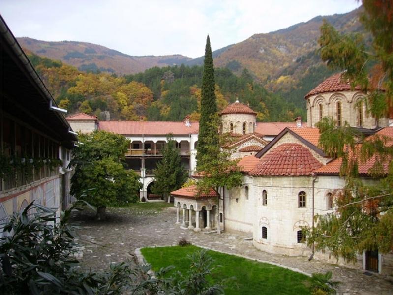 Синодът за нелегалния алкохол: Манастирите да спазват закона
